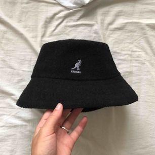 Äkta kangol bermuda bucket hat med ljuslila känguru. Storlek S, använd en gång.