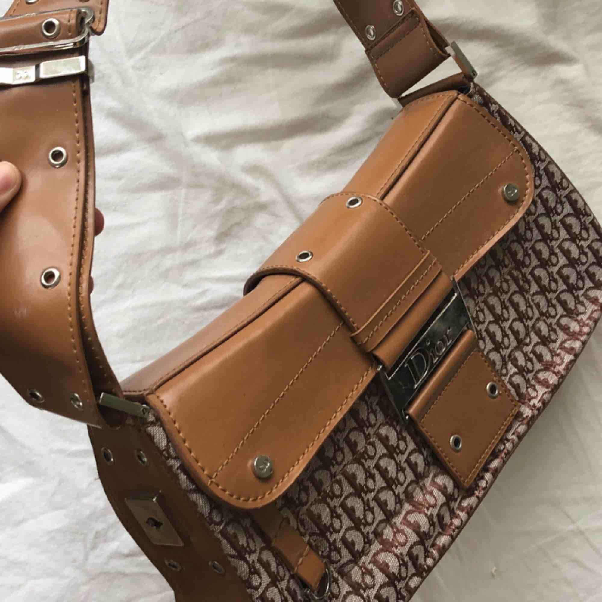 Fake Dior-väska köpt på Humana second hand. Jättebra skick. . Väskor.