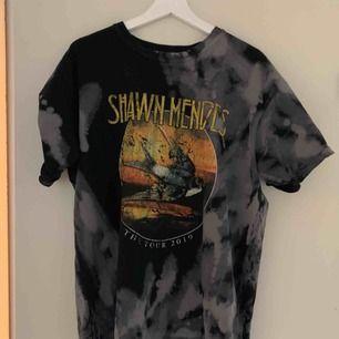 Äkta merch från Shawn mendes konserten i stockholm 15 mars. Säljer pga ingen användning och för stor för mig!