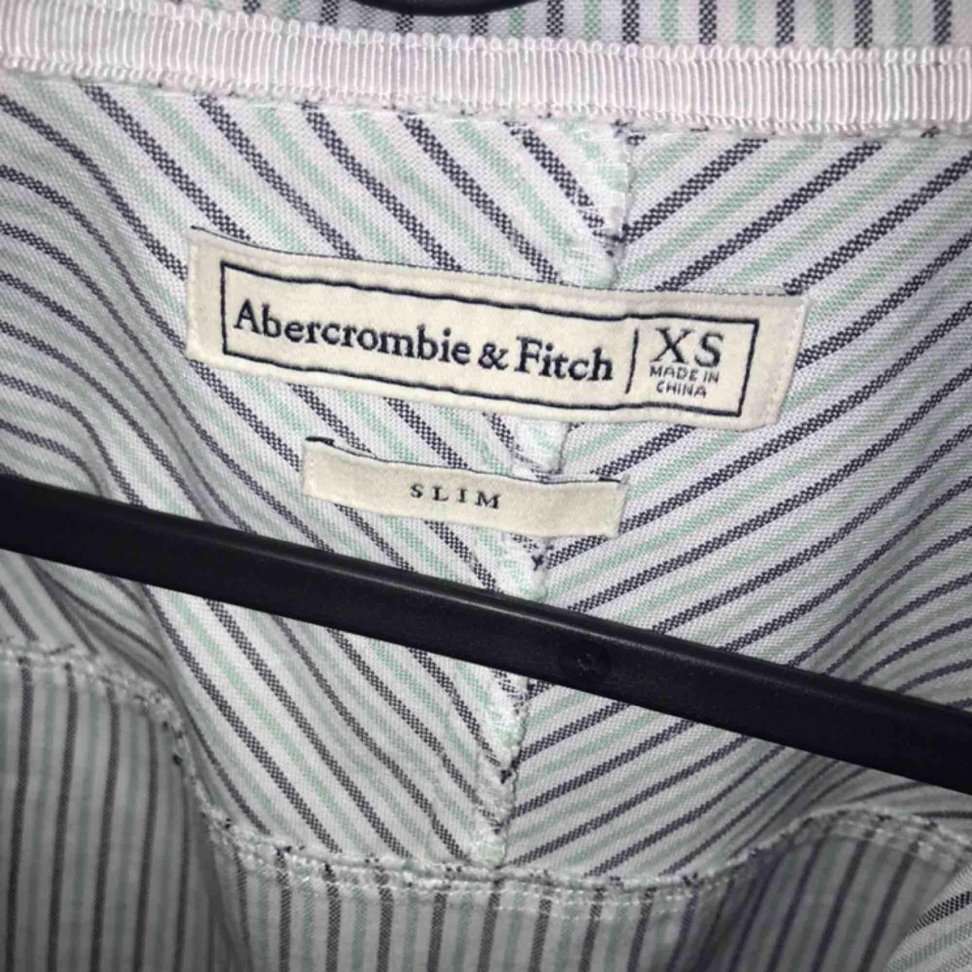 Jättefin skjorta från Abercrombie and Fitch. Säljs på grund av att den knappt kommit till användning. Köptes för ca 650 kr.. Skjortor.