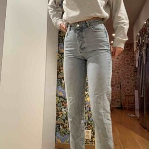Mom jeans från Gina tricot köpta för 599kr, säljes pga för små!
