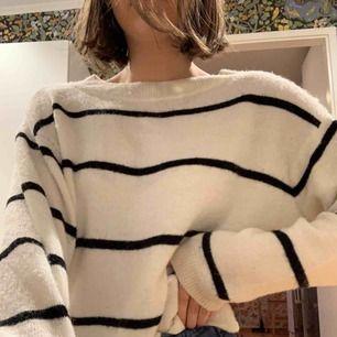 Stickad tröja perfekt för hösten! Säljes pga inte kommer till användning