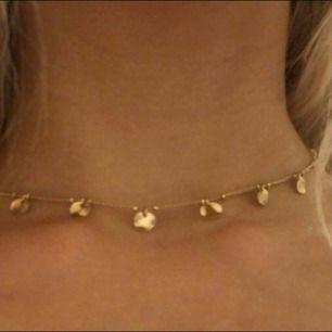 Fint guldigt halsband.