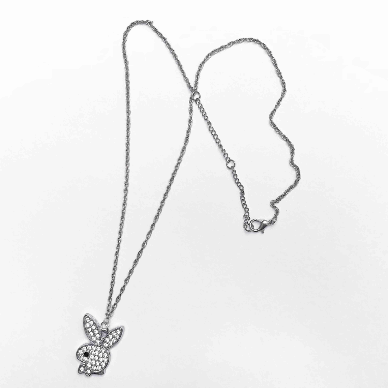 Sjuukt coolt silvrigt halsband med glittrig playboy berlock. Går att justera till 3 olika längder⛓ Frakt ingår i priset✨🐇💕. Accessoarer.