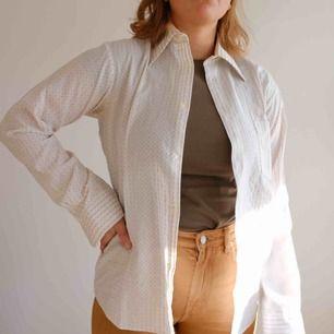 Vit mönstrad skjorta herrstorlek M/L. Passar väldigt snyggt och oversized på damstorlekar S och M! I fint skick och sparsamt använd.