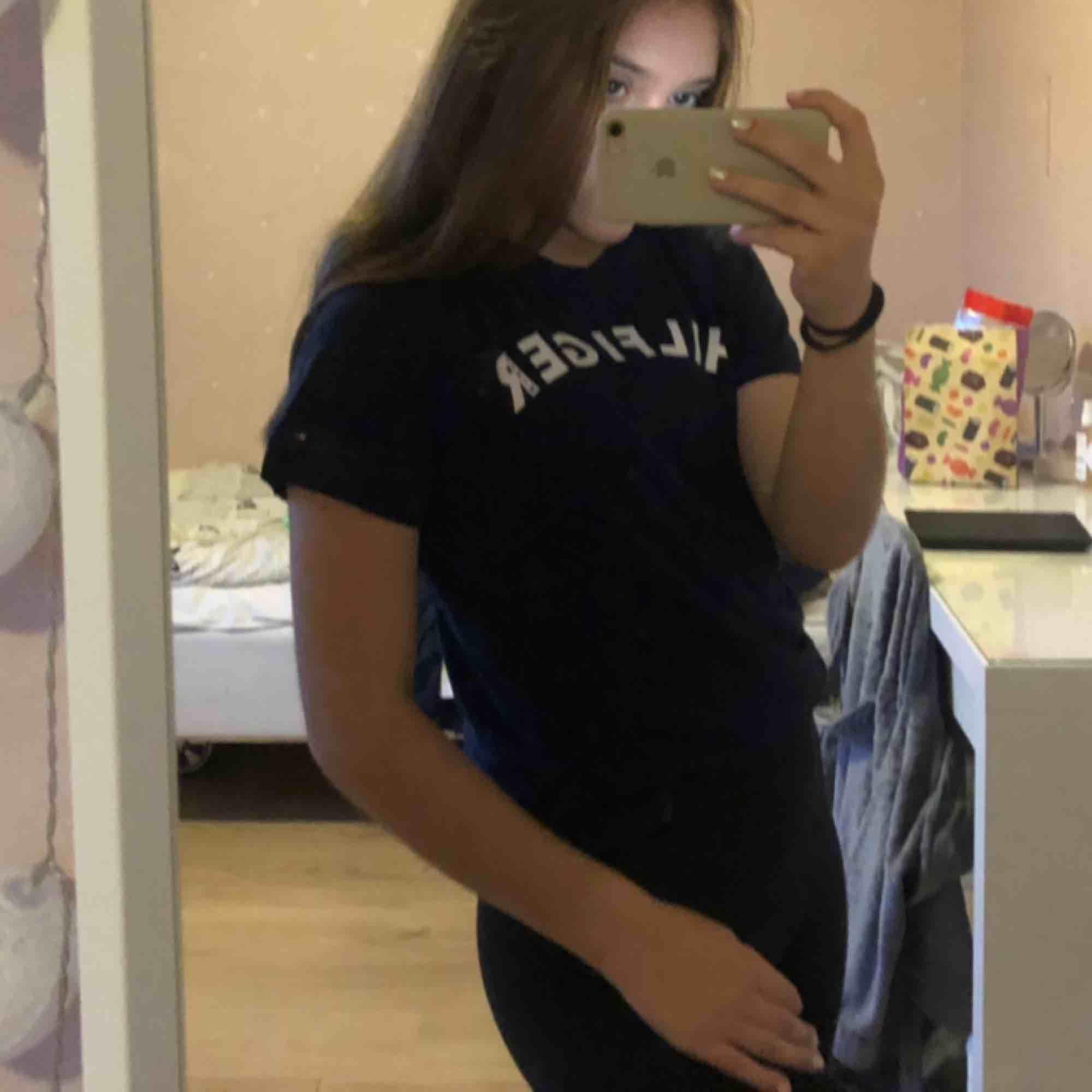 Snygg t-shirt från Tommy Hilfiger. I superbra skick och bara använd några enstaka gånger. Köparen står för frakten!. T-shirts.
