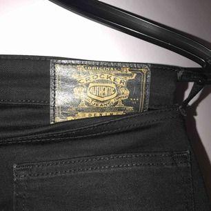 Svarta lågmidjade bootcutjeans från Crocker (inköpta på Carlings). Storlek 25 och längd 30. I fint skick och är inte urtvättade/ gråaktiga.☺️