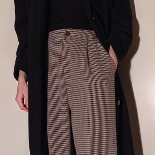 Bruna rutiga byxor i storlek XS-S.   Står M på etketten men är köpta i Japan så är mindre.