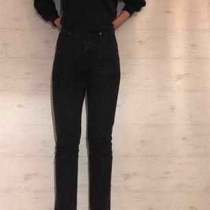 Svart/gråaktiga jeans i modellen kimono från Monki. Storlek 25. Jag är strax under 170 cm och har jeansen utan att vika upp. I bra skick, men något stela (dock ingenting som någonsin stört mig!)
