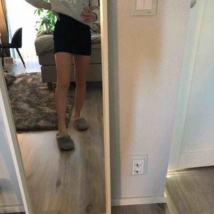 Kjol från Gina tricot söm baktill strl xs och sitter fint