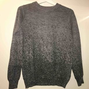 Grå och glittrig stickad tröja från H&M. Använd endast 1 gång väldigt fint skick. Frakt ingår i pris.