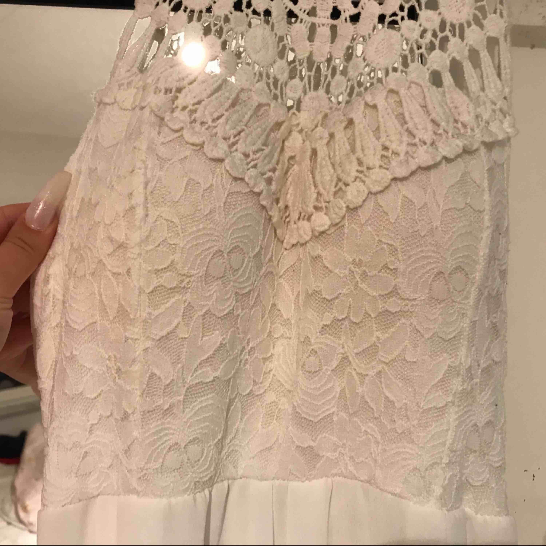 Fin klänning knappt använd, har inlägg inuti klänningen. Klänningar.
