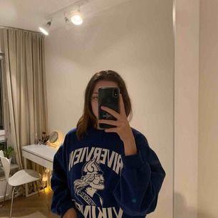 Sjukt snygg och skön sweatshirt som är köpt second hand, säljer pga inte använder. Möts ej upp, frakt ingår.