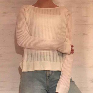 Gräddvit ribbad tröja med slits från Only. Tröjan är rätt genomskinlig, jag brukar ha ett vitt linne eller bralette under. Endast använd fåtal gånger.🌸