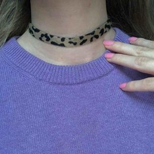 Halsband från Gina, oanvänd. Perfekt till halloween om en tänkt klä ut sig inom ett katt-tema. Frakt 9kr