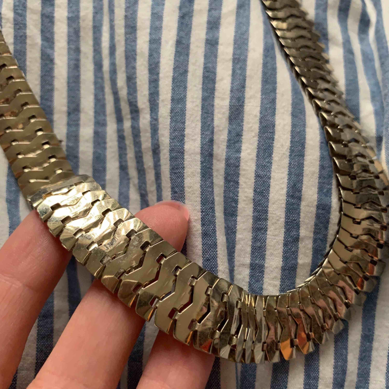 Halsband i tjockare kedja. Frakt är inräknat i priset . Accessoarer.