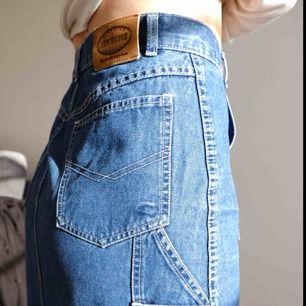 Lång blå jeanskjol med snygga detaljer från märket Newhouse. Storlek 34 men passar även storlek 36!