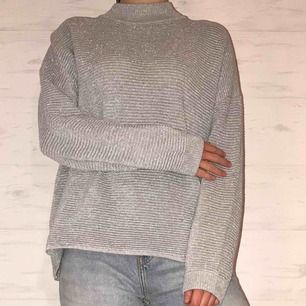 Mysig silver-glittrig ribbad tröja från H&M (Divided)! Passar både till vardags och till finare tillställningar. Endast använd fåtal gånger.💖