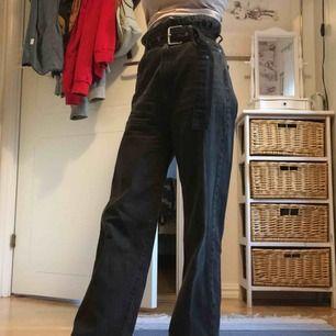hödmidjade jeans, sitter egentligen tajt i höfterna men är för stora på mig. möts upp i slussen eller så står köparen för frakt 👼🏻 nypris, 500/600kr