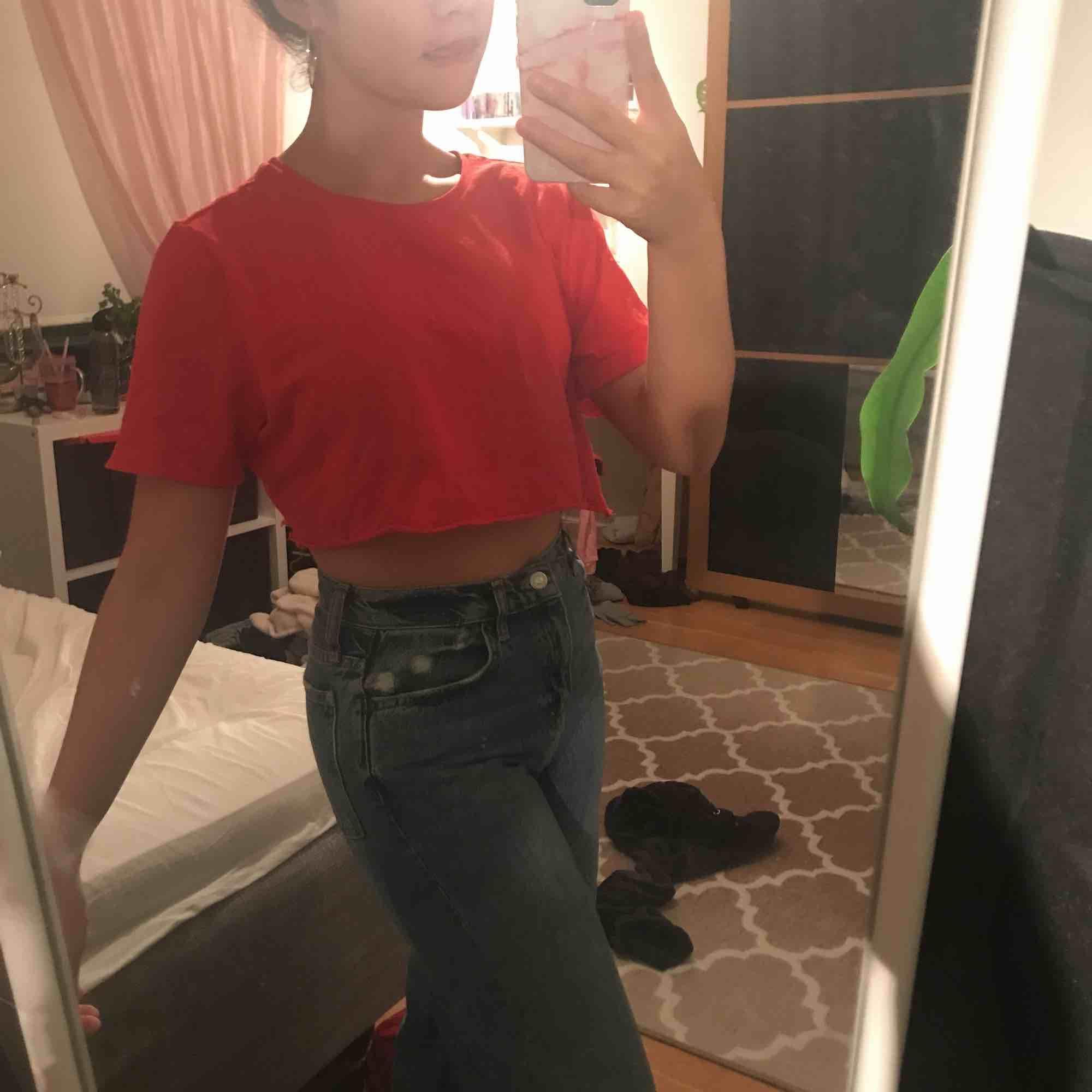 En röd kroppad tröja, aldrig använd! Jätte fin och orginell till vad som. Jag matchade med ett par oversized jeans! (Klippte själv). Skjortor.