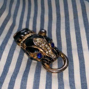 Coolt leopard huvud som är köpt vintage. Kan sättas på en kedja och användas som halsband eller kanske en nyckelknippa? vad som! Frakt 42kr