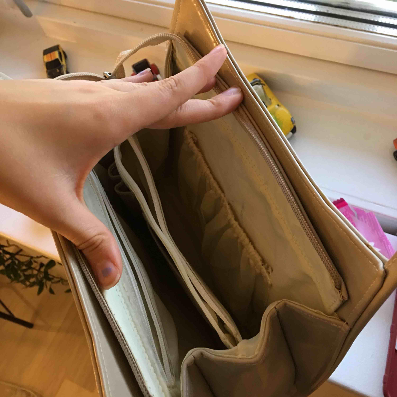 En jätte fin vintage axelväska som du får plats med väldigt mycket i 💓🤓 mycket fack och ställen att lägga små saker i <3 . Väskor.