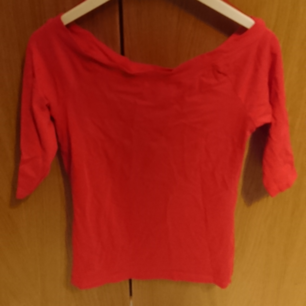 Red short sleeves shirt that goes to the shoulders. Supposed to be tight. 95% cotton 5% elastan