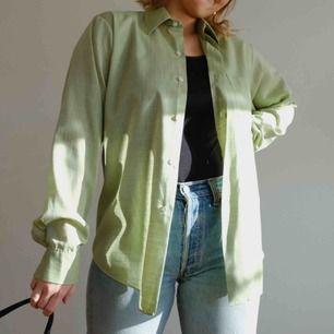 Snygg grön skjorta i herrstorlek M/L. Passar väldigt snyggt och oversized på damstorlekar S och M! I fint skick och sparsamt använd.