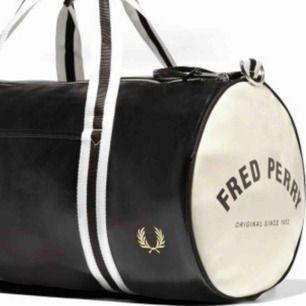 """Säljer denna as snygga väska från """"fred Perry"""" använd endast en gång pga att jag inte känner att jag fått någon användning av den. Nypris runt 900kr skriv för egna bilder!"""