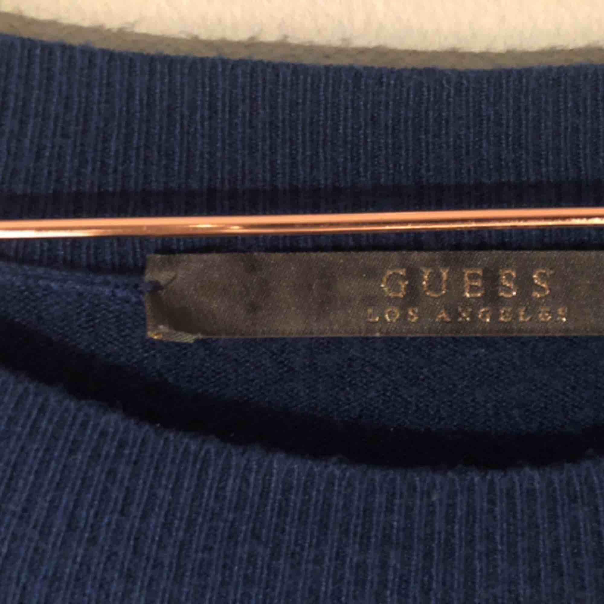 """JÄTTEMJUK & snygg tröja från Guess😌🙏🏻👼🏼 Säljes pga inte riktigt min stil längre🥺 svart, glittrigt tryck med texten """"Guess"""" & en pussmun av röda paljetter🥰🧞♀️ (köpare står för frakt). Tröjor & Koftor."""
