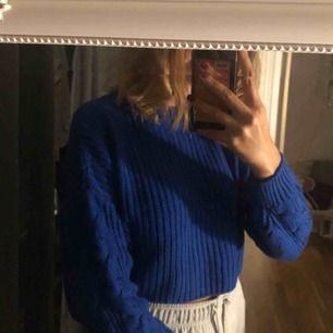 Cropped stickad tröja i fin blå färg