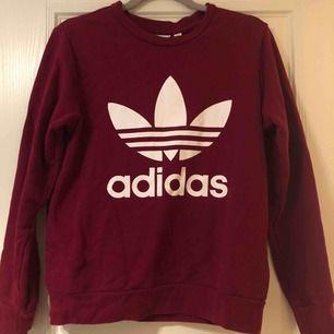 En snygg vinröd Adidas sweatshirt köpt på Kidsbrandstore. Säljs pga använd fåtal gånger. Bra skick!!