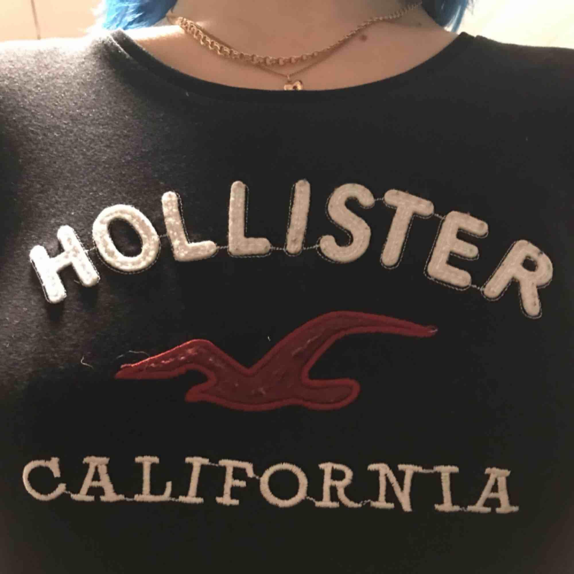 Svart Hollister tröja i storlek S. Sälj pågrund av att jag knappt har använt den. Väldigt fink skick.   Tar emot swish 📦. T-shirts.