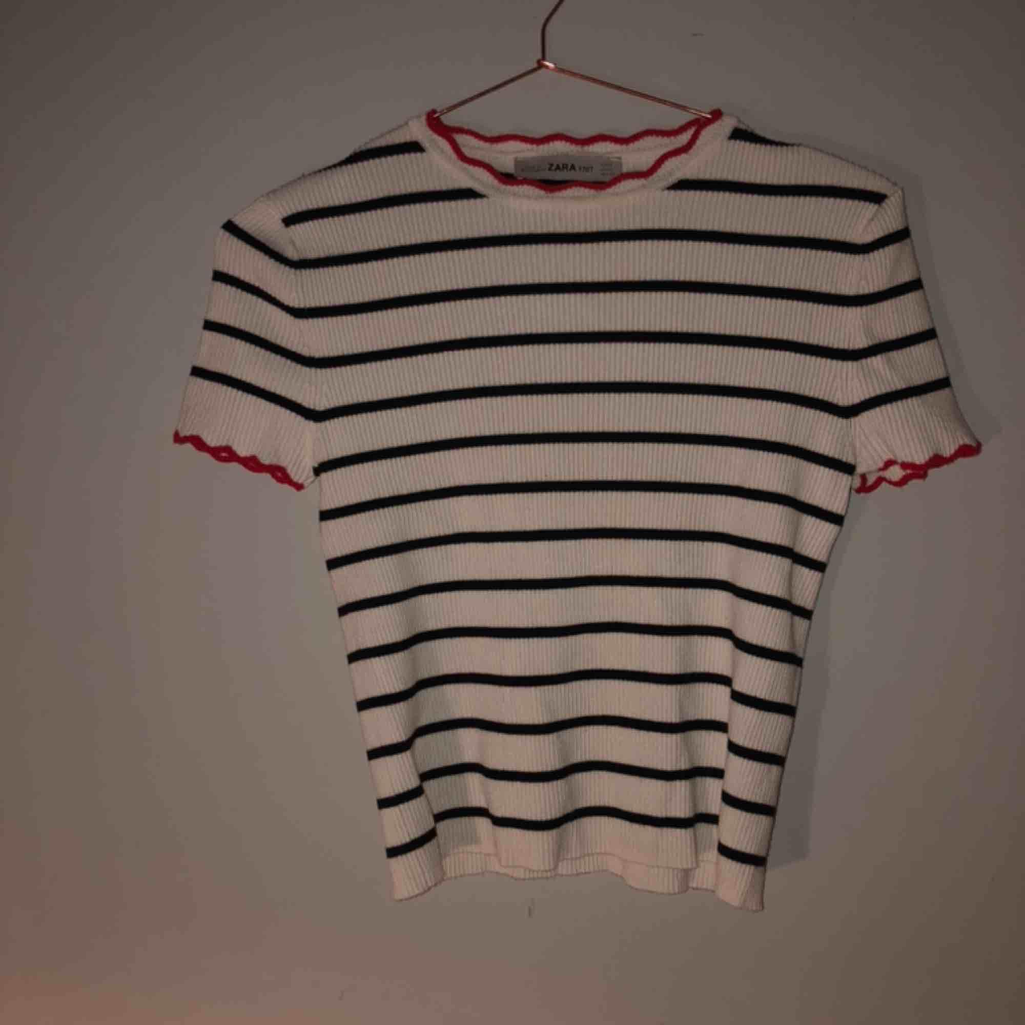 Supersöt tröja från zara💜🧞♀️ Ribbad, lite croppad & fina detaljer i halsen samt ärmarna🥰 . Toppar.