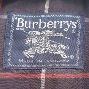 ÄKTA vintage Burberry kappa med luva i väldigt bra skick! Fler bilder finns om så önskas! Köparen står för eventuell frakt!