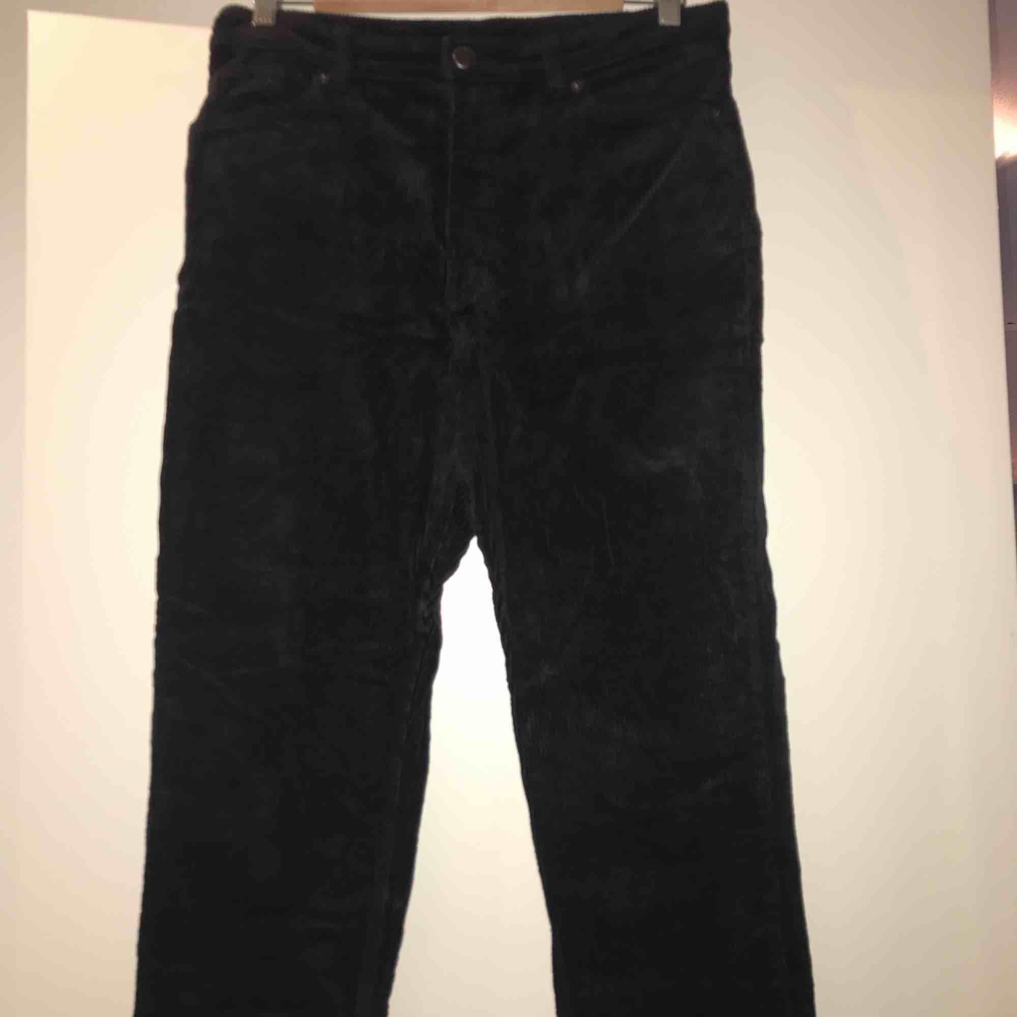 Svarta manchesterbyxor från Monki. Knappt använda och i väldigt bra skick. Frakt ingår i priset. . Jeans & Byxor.