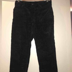 Svarta manchesterbyxor från Monki. Knappt använda och i väldigt bra skick. Frakt ingår i priset.