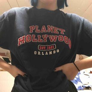 Mörkblå t-shirt med rött tryck. Säljer för att jag inte använder den längre. Den är i bra skick.   Tar emot swish📦