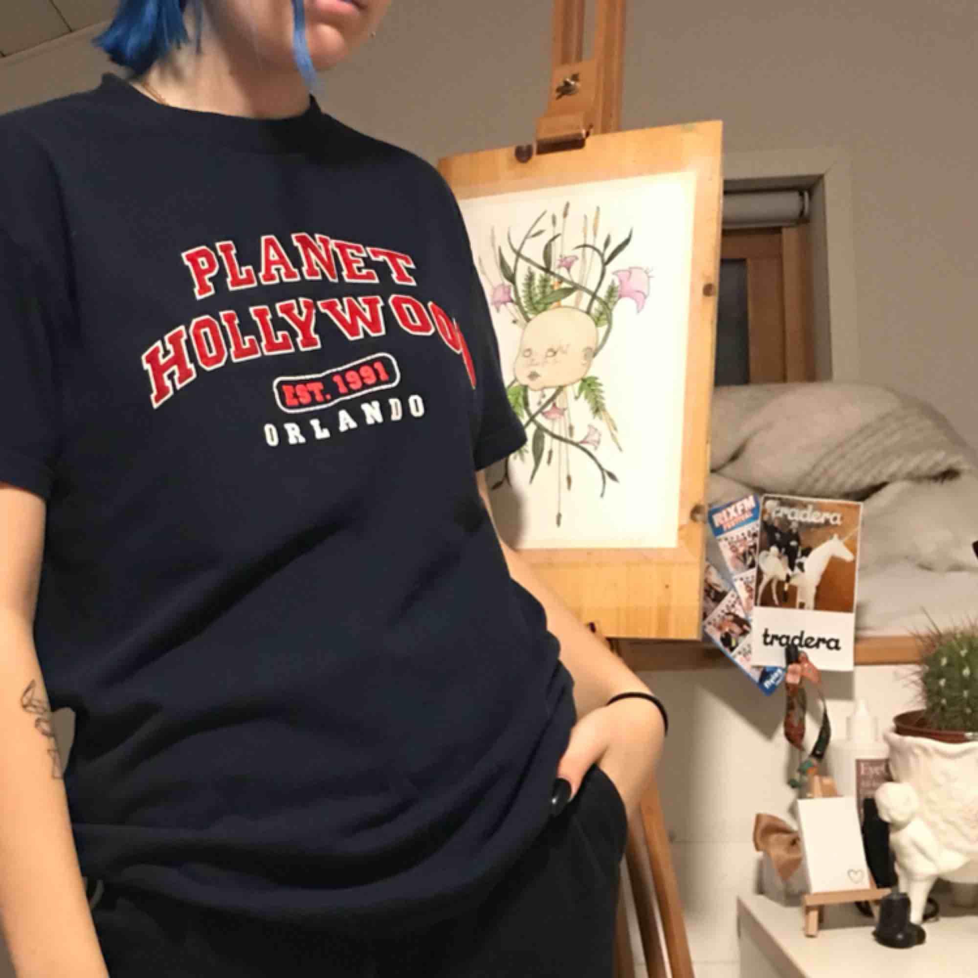 Mörkblå t-shirt med rött tryck. Säljer för att jag inte använder den längre. Den är i bra skick.   Tar emot swish📦. T-shirts.