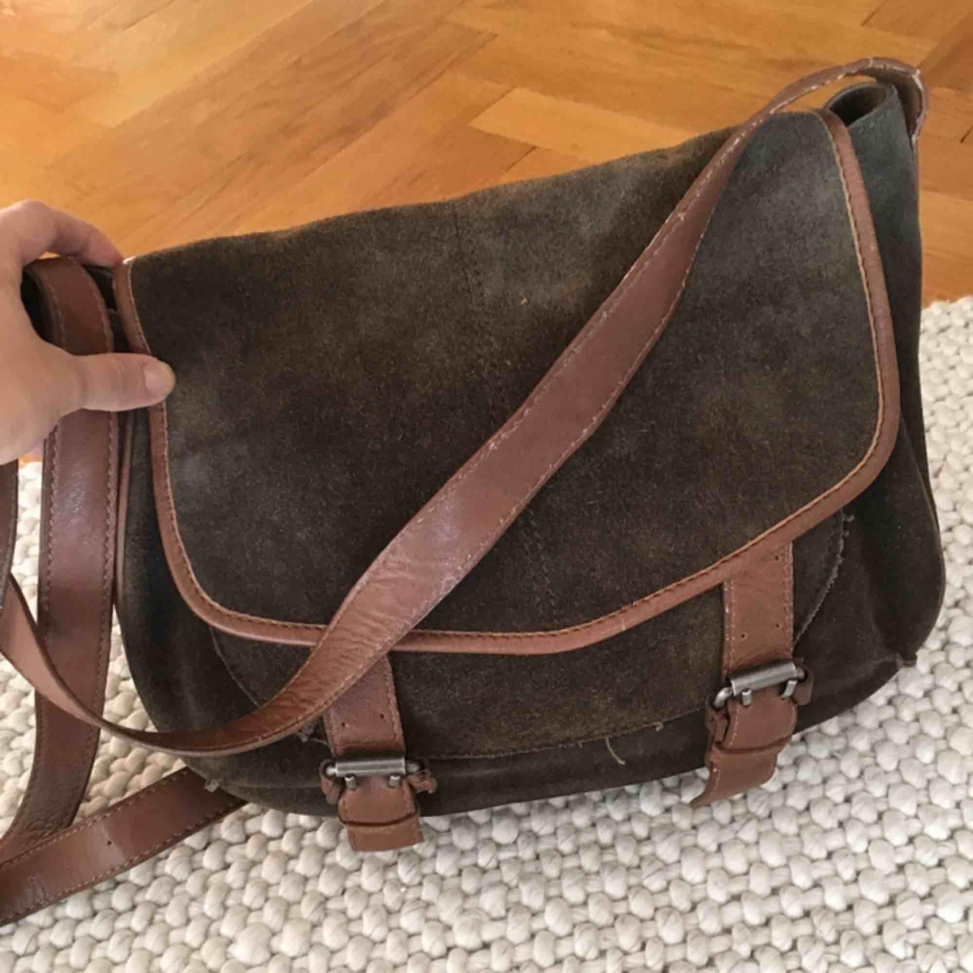 Fin axelremsväska i mörkgrön mocka och ljusbrunt skinn. Använd mycket lite. Fint skick både in och utsida. Ev frakt tillkommer. . Väskor.