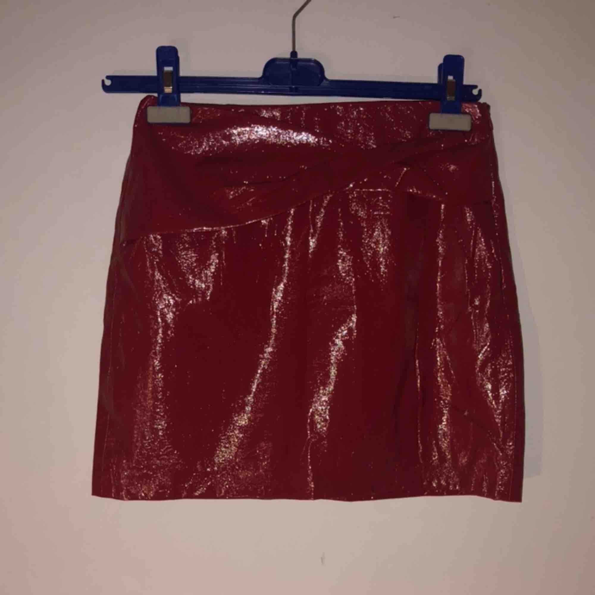 Kjol från zara, perfekt till fest🥳💜 i lite latex-aktikt/glansigt material & en cool detalj där uppe🧞♀️ . Kjolar.
