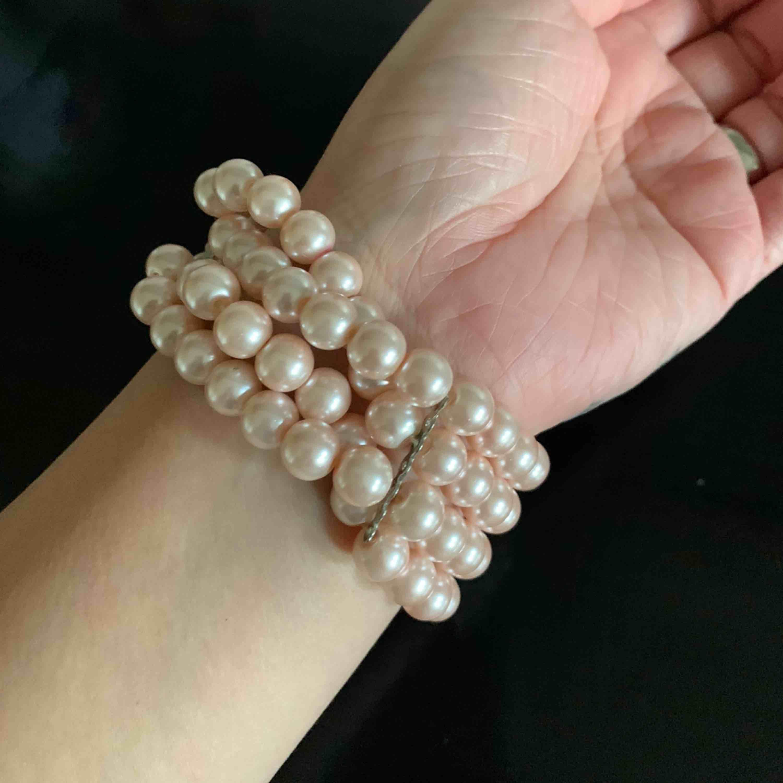 Oanvänd armband i rosa pärlor. frakt 22. Accessoarer.