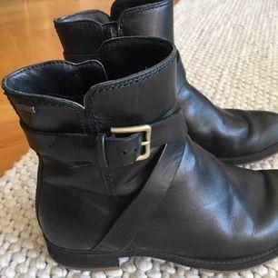 Fina svarta skinnskor ifrån Ecco, kraftigt läder. Väl bevarade då de är använda mycket lite. Ev frakt tillkommer.