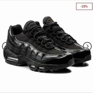 Helsvarta Nike air max 95or 💖✨✨🤑 I mycket fint skick, originalpris 1800kr. Är i behov av pengar så priset kan diskuteras💵💵 Skriv för bilder🤪