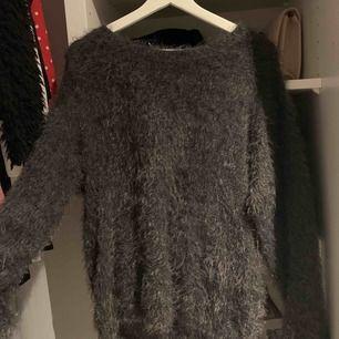 """En oversized stickad tröja med """"päls"""", väldigt sparsamt använd!"""