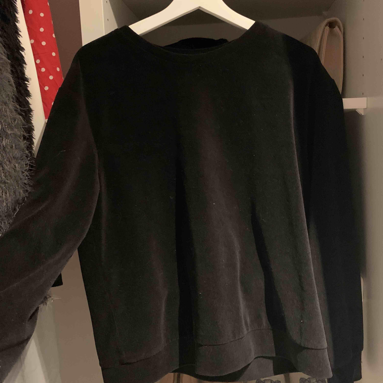 En jätte mysig sweatshirt från hm i typ sammet, endast använd en gång. Huvtröjor & Träningströjor.