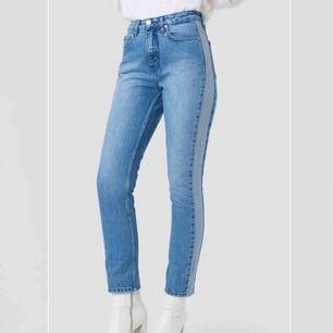 Säljer dessa fina jeans ifrån na-kd i storlek 34, som nya🤩💗 frakt tillkommer💗💗