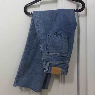 Snygga avklippta raka jeans från monki. Dem är i storlek W24 och slutar precis vid anklarna på mig som är 163cm. Frakten tillkommer