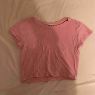 En basic ljusrosa kroppad T-shirt från new yorker. Använd 1 gång alltså som ny! Kan diskutera pris.