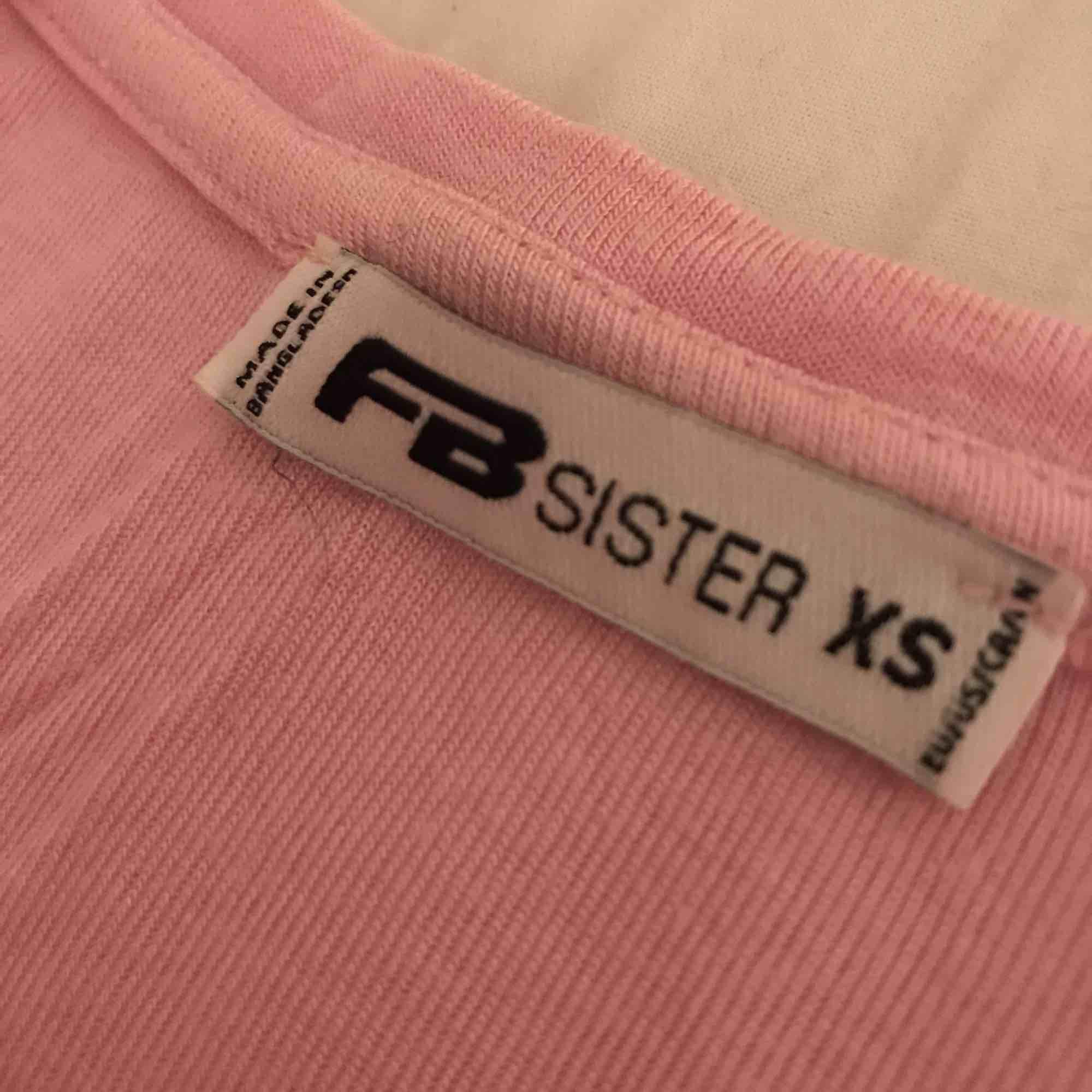En basic ljusrosa kroppad T-shirt från new yorker. Använd 1 gång alltså som ny! Kan diskutera pris.. T-shirts.